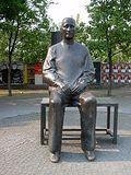 Le Brecht-Denkmal de Fritz Cremer Berliner ensemble.jpg