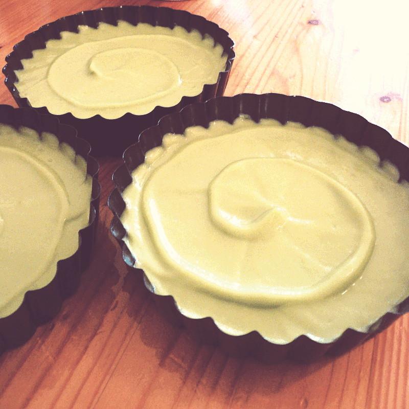 Les trois tartelettes et leur spirale de crème verte sont prêtes à être mises au frigo