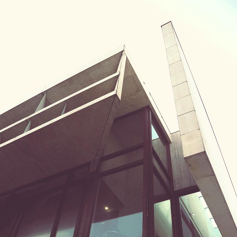 Contre plongée à l'angle d'un bâtiment moderne de béton, de verre et de bois