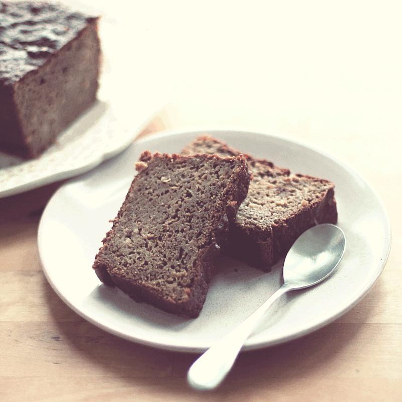 Dans une petite assiette rose très pâle deux tranches de cake et une petite cuillière