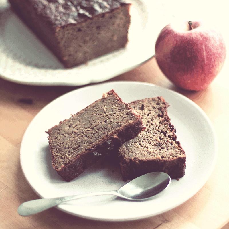 Même image sur un angle légèrement différent qui fait apparaître à côté de l'assiette une pomme