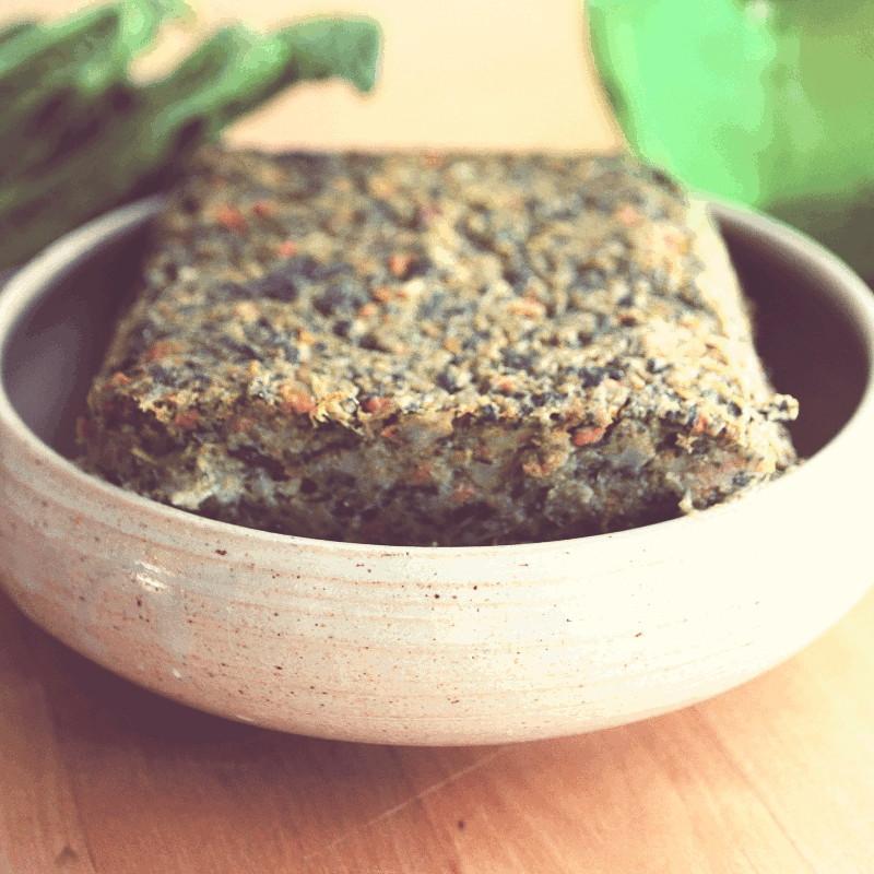 Dans une soucoupe en grès une terrine de légumes où l'on devine des carottes et des épinards