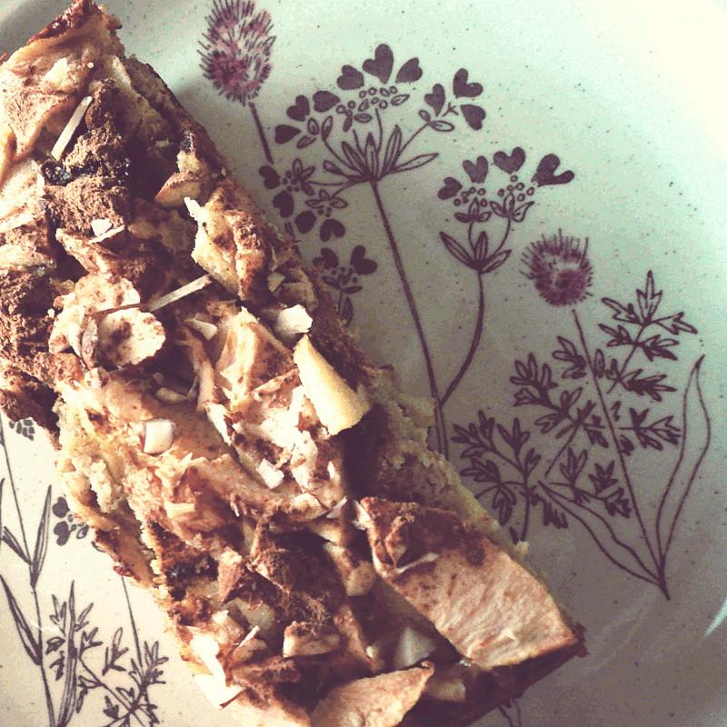 Retour sur le gâteau rectangulaire servi sur une assiette en grès décoré d'un motif au trait brun et prune de fleurs champêtres